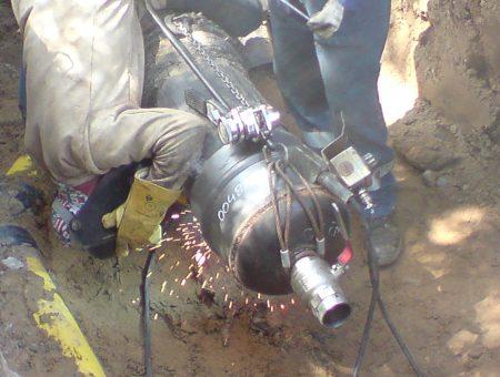 Bild 21. Schweisarbeiten an Gasleitung DN300 im Verfahren 111-PG (fallend)